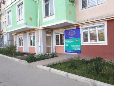 Фасад здания детского центр развития Хочу Знать Всё